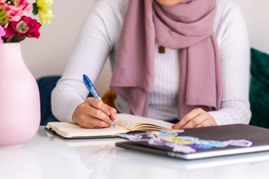 Femme assis ecriture