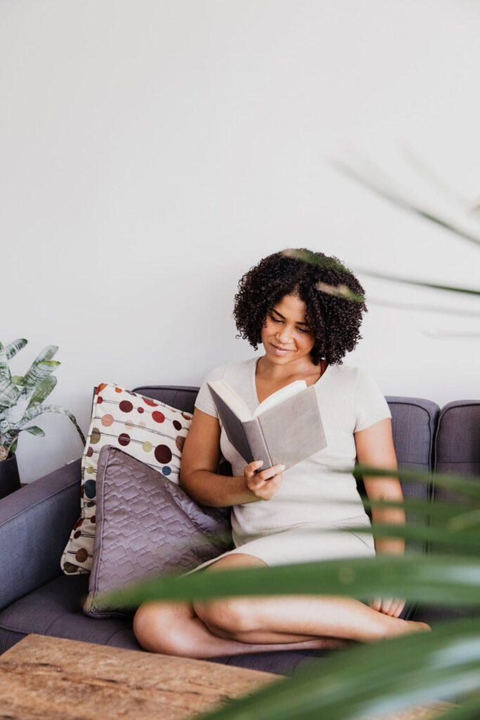 Lire un livre femme
